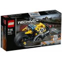 Nadchni davy lidí s úžasnou LEGO Technic Motorkou pro kaskadéry, která obsahuje výkonný natahovací motor, obrovská kola, skvělý výfuk a postavitelnou rampu.