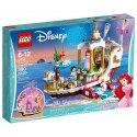 LEGO Disney Arielin královský člun na oslavy má vše co potřebuješ, abys zahrála šťastný konec pro Disney Malou mořskou vílu Ariel a prince Erika.